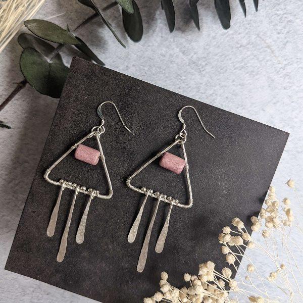 Boucles d'oreille CAMELLIA en argent, en partie recyclé et perle rose en céramique.