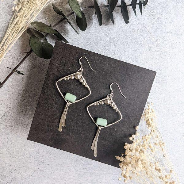 Boucles d'oreille MACA en argent, en partie recyclé et perle vert d'eau en céramique.