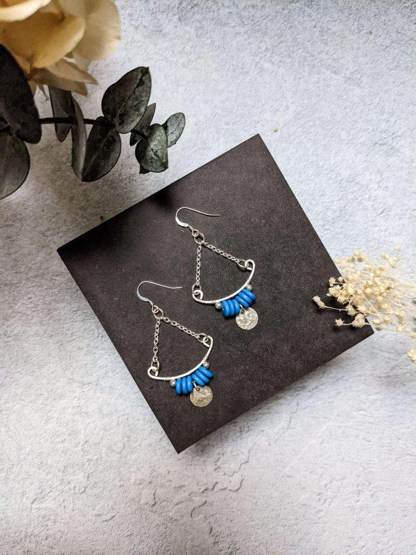Boucles d'oreille TILIA en argent, en partie recyclé et perle bleu azur en céramique.