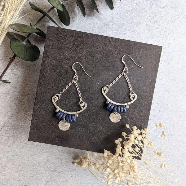 Boucles d'oreille TILIA en argent, en partie recyclé et perles bleu marine en céramique.