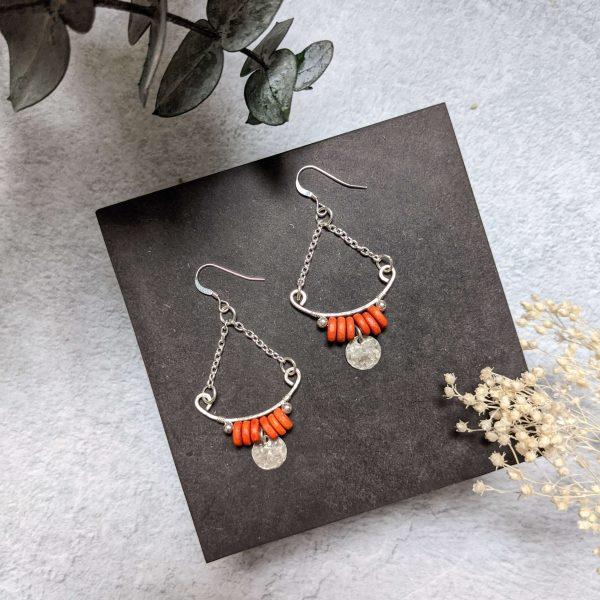Boucles d'oreille TILIA en argent, en partie recyclé et perle orange en céramique.