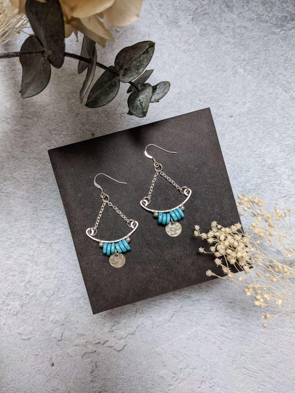 Boucles d'oreille TILIA en argent, en partie recyclé et perle turquoise en céramique.