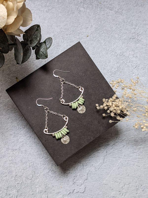 Boucles d'oreille TILIA en argent, en partie recyclé et perle vert clair en céramique.